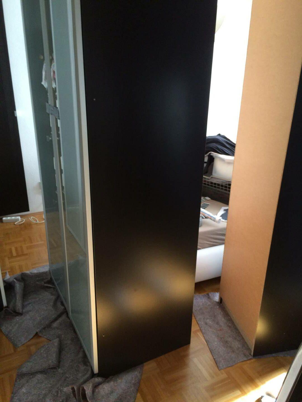 Schrank und Bett mitten im Raum, bald Raumteiler für Ankleide und werden zu ihrer endgültigen Position geschoben